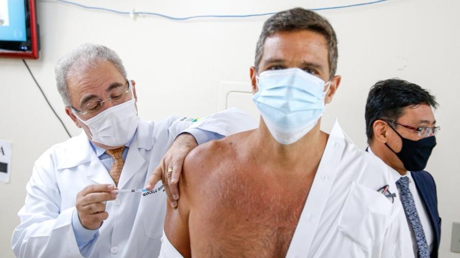 Presidente do BC, Roberto Campos Neto, foi vacinado pelo ministro da Saúde, Marcelo Queiroga - Walterson Rosa/MS