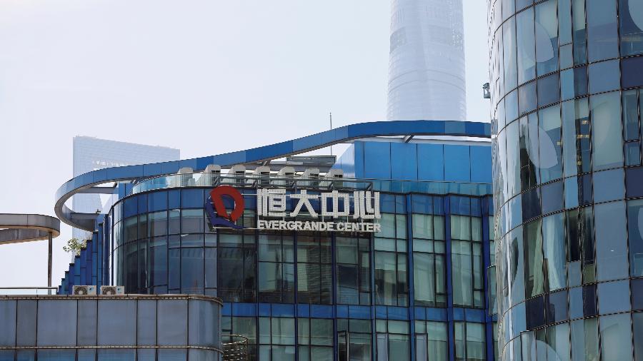 24.set.2021 - O logotipo do China Evergrande Group é visto no Evergrande Center em Xangai, China. - REUTERS / Aly Song
