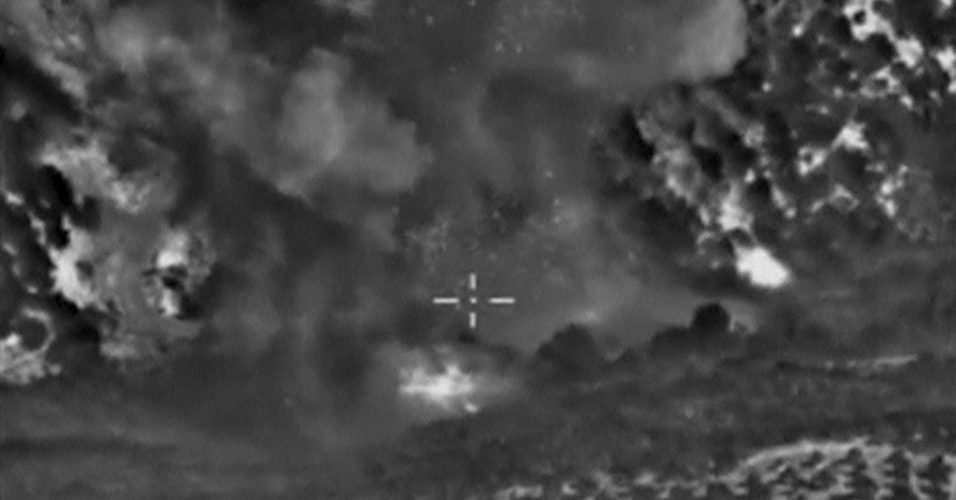 5.out.2015 - Imagem mostra um dos ataques aéreos realizados pela Força Aérea russa na província de Idlib, na Síria, no domingo (4). Segundo o Ministério da Defesa do país europeu, o alvo era um armazém de equipamentos militares utilizados pelo Estado Islâmico. No fim de semana, houve pelo menos nove ataques aéreos contra o grupo terrorista na Síria