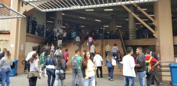 """Em SP, alunos começam a entrar em local de prova ao som de """"We Are the Champions"""" - Lucas Rodrigues/UOL"""