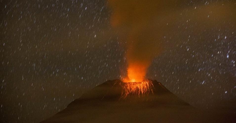 19.nov.2015 - Vulcão Tungurahua expele lava em foto feita em Cotaló, no centro do Equador. O vulcão registrou nas últimas horas um aumentos na sua atividade, com a emissão de colunas de vapor de água e cinzas