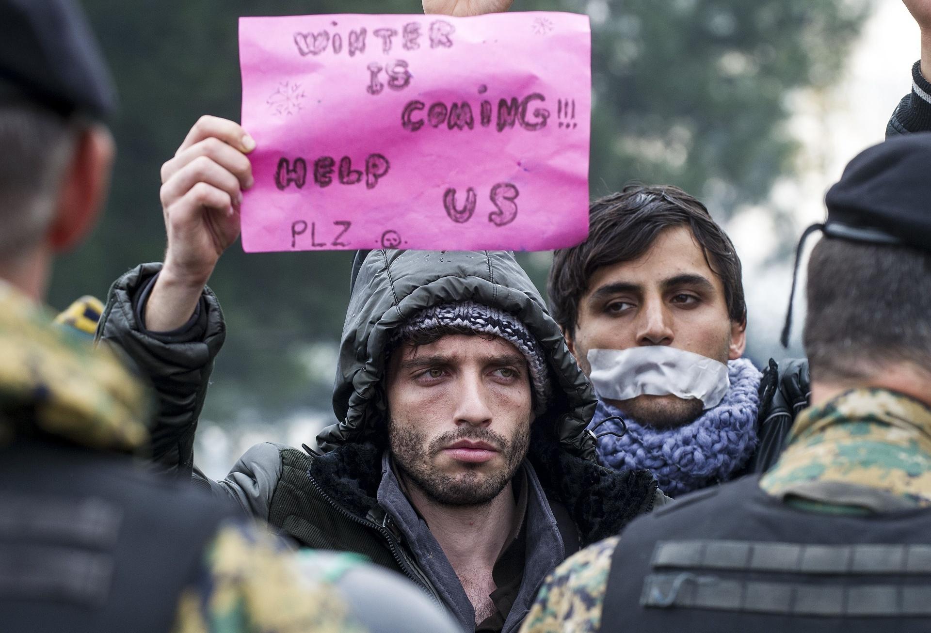 25.nov.2015 - Homem segura um cartaz com a frase