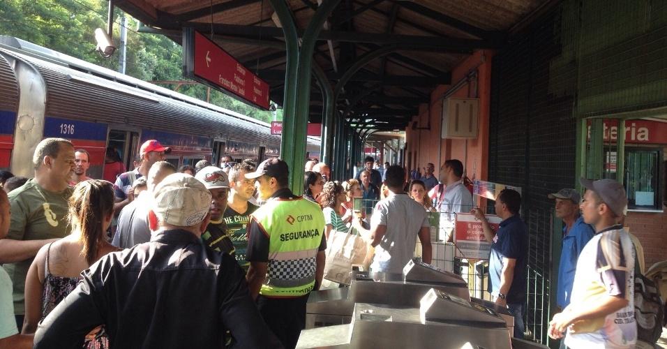5.jan.2016 - A circulação de trens na linha 7-Rubi da CPTM (Companhia Paulista de Trens Metropolitanos) foi interrompida entre as estações Vila Aurora e Perus devido a fala na rede que envia energia aos trens. O internauta Allen Lins, que enviou essa imagem para o UOL através do WhatsApp da redação do UOL Notícias - (11) 95520-5752 -, contou que ouve confusão na estação Perus, porque o valor das passagens são estava sendo devolvido aos usuários. ?Somente o do bilhete. As pessoas estão nervosas aqui?, contou. A CPTM informou que solicitou Paese ? ônibus circulando entre os trechos afetados - entre as estações Pirituba e Caieiras