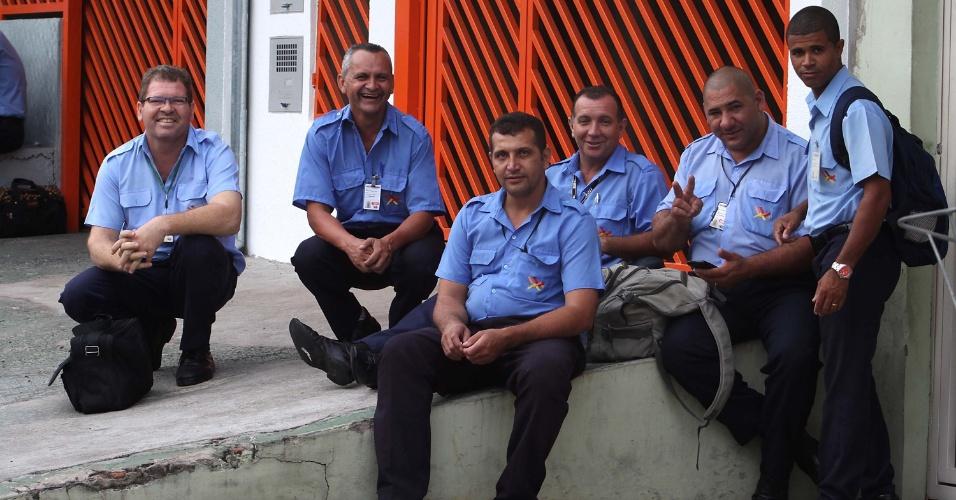 9.jan.2016 - Motoristas e cobradores de ônibus cruzam os braços neste sábado em greve em Campinas (SP). A paralisação dos trabalhos ocorre em protesto devido à falta de pagamento