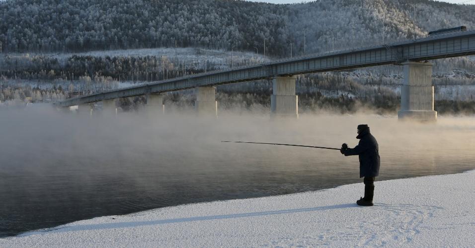 10.jan.2016 - Homem pesca no rio Yenisei coberto de gelo e sob temperaturas de -21ºC na cidade de Krasnoyarsk, na Sibéria (Rússia)