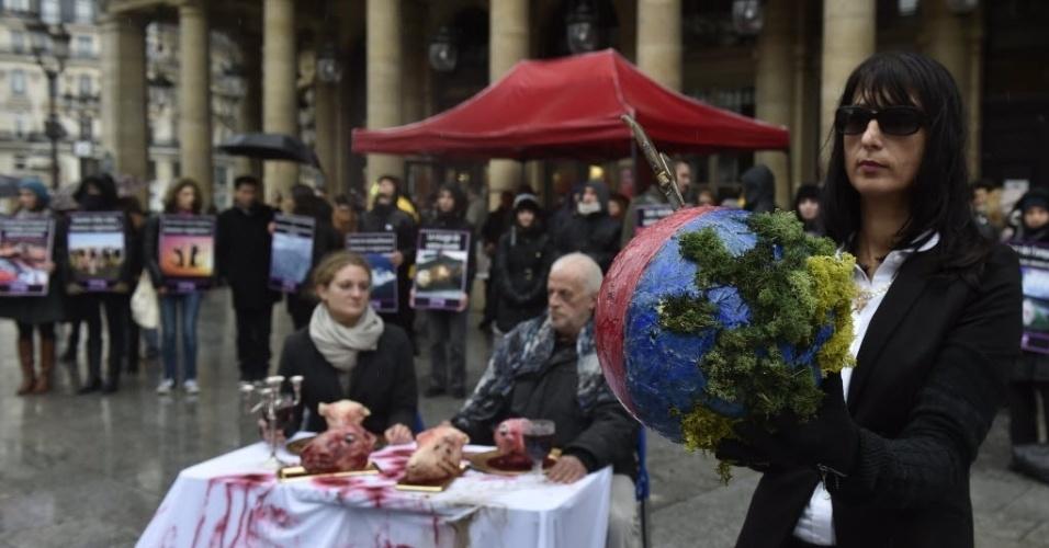 30.jan.2016 - Ativistas veganos montam uma mesa com falsas cabeças de cordeiro em manifestação contra o consumo de carne em Paris, na França. Neste sábado (30) os ativistas celebram o Dia Mundial para a Abolição da Carne