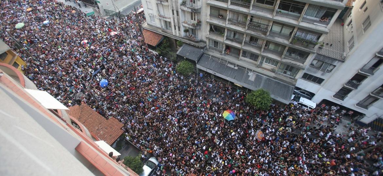 Foliões tomam as imediações da rua Augusta e da praça Roosevelt no carnaval de rua do centro de São Paulo - Tiago Queiroz/Estadão Conteúdo