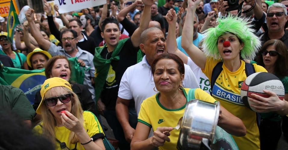 17.mar.2016 - Manifestantes batem panelas na avenida Paulista, em São Paulo, em protesto contra a nomeação do ex-presidente Luiz Inácio Lula da Silva (PT) como ministro da Casa Civil