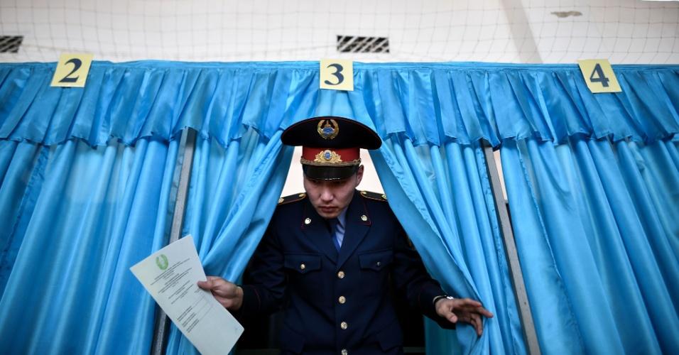 20.mar.2016 - Policial vota nas eleições parlamentares do Cazaquistão, na cidade de Baikonur. São 234 os candidatos que concorrem por 98 das 107 cadeiras da câmara baixa do Majilis, o parlamento do país