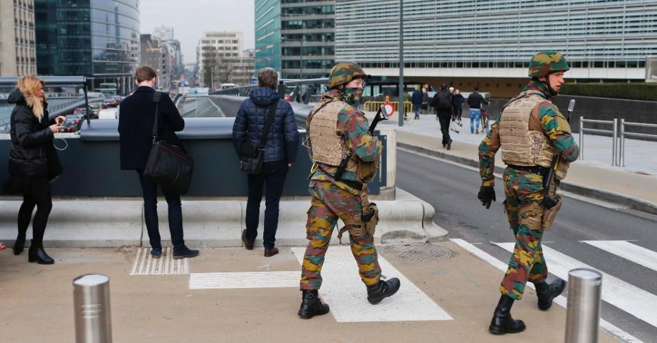 22.mar.2016 - Soldados reforçam a segurança na região da sede da União Europeia, que fica em Bruxelas