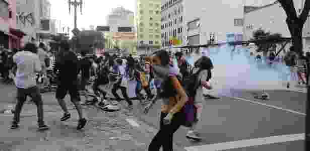 6.abr.2016 - PM entra em confronto com estudantes em protesto contra a máfia da merenda - Nelson Antoine/FramePhoto/Estadão Conteúdo