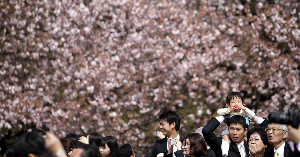 9.abr.2016 - Visitantes assistem à floração das cerejeiras, típico no início da primavera no Japão, durante evento de recepção promovido pelo primeiro-ministro do Japão, Shinzo Abe, no parque Shinjuku Gyoen, em Tóquio