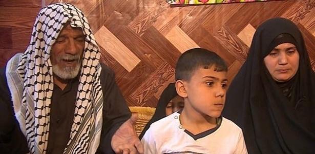 Ali (esq) e Om (dir) Hussein, com o filho Hussein