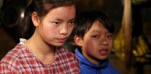 Tao Lan tem 14 anos e cuida do irmão menor enquanto pais moram em outra cidade