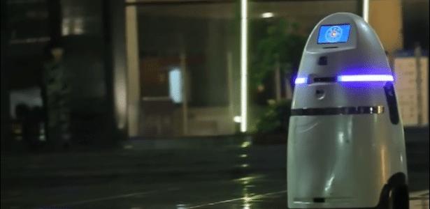 AnBot lembra uma lixeira, mas é capaz de buscar explosivos, armas e entorpecentes, deter suspeitos com uma garra metálica e até imobilizá-los com uma descarga elétrica