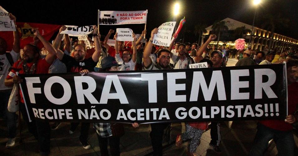 31.mai.2016 - Manifestantes protestam contra o presidente interino, Michel Temer, durante a chegada da tocha olímpica dos jogos Rio-2016 no Marco Zero, em Recife