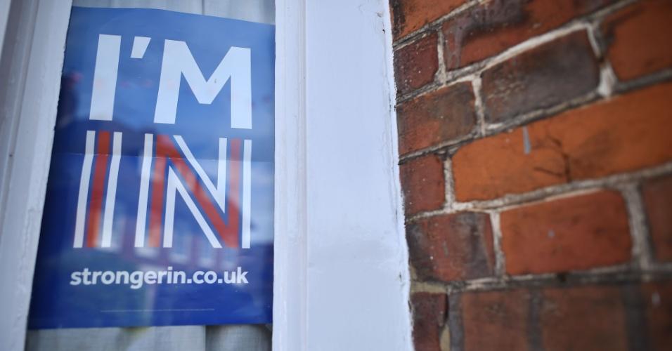 16.jun.2016 - Cartaz a favor da permanência do Reino Unido na União Europeia é visto em janela de casa no sudeste de Londres