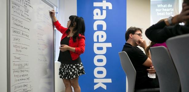 Funcionária do Facebook anota impressões em reunião no escritório da companhia, em Nova York - Michael Falco/The New York Times