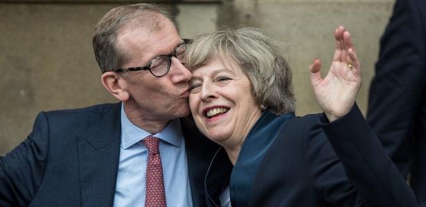 11.jul.2016 - A futura primeira-ministra britânica recebe um beijo do seu marido, Philip John May