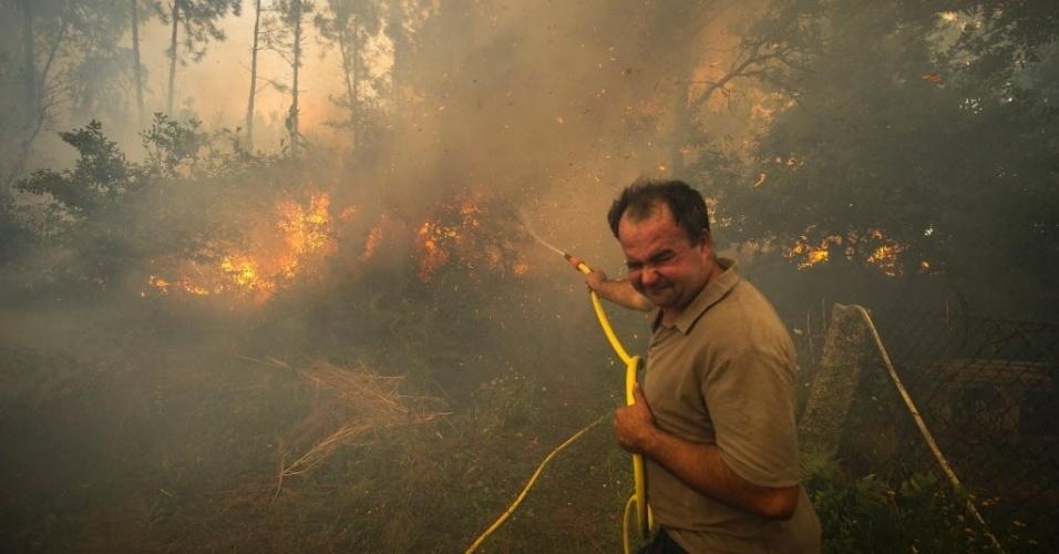 11.ago.2016 - Moradores tentam combater um incêndio na região de Pontevedra, na Espanha. O fogo destruiu 1.000 hectares no início da semana. O vento forte dificulta o trabalho de bombeiros na região