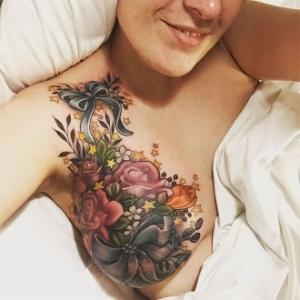"""A tatuagem de Alison Habbal, parte de seu """"renascimento pós-doença"""", se tornou viral"""