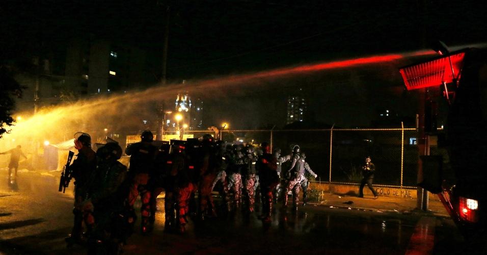31.ago.2016 - Tropa de choque joga água nos manifestantes para tentar acabar com protesto contra o impeachment de Dilma Rousseff em São Paulo