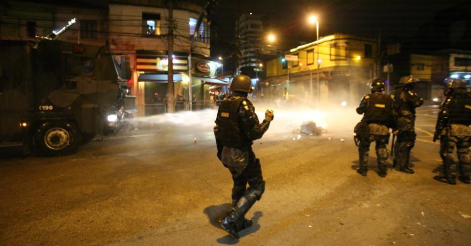 Policiais militares da Tropa de Choque da PM de SP lançam bombas de efeito moral sobre manifestantes no entorno do largo da Batata, em Pinheiros, zona oeste da capital paulista, durante protesto contra o presidente Michel Temer na noite deste domingo (4).