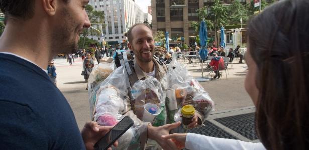 Rob Greenfield circula com embalagens plásticas coladas ao corpo