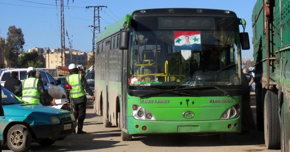 15.dez.2016 - Policiais sírios observam ônibus usado para evacuar rebeldes e civis em Aleppo