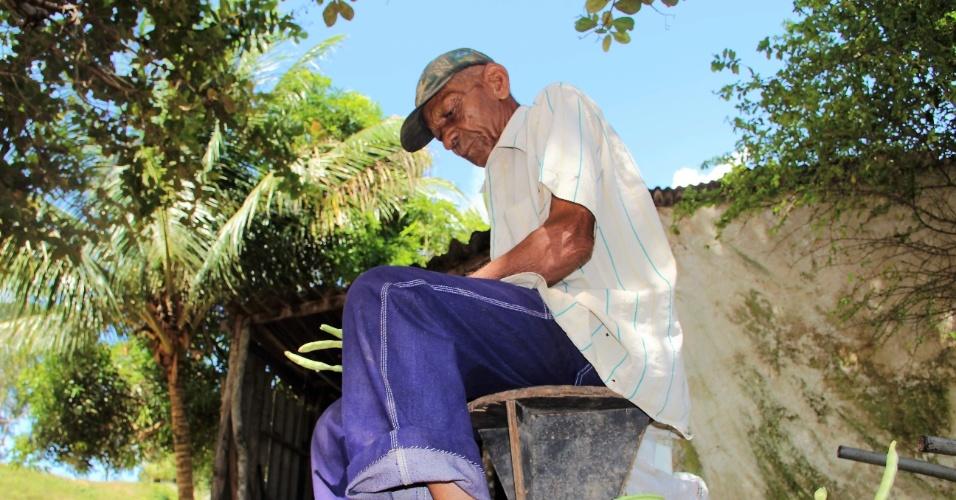 23.dez.2016 - Trabalhador rural, Jose Dias, 86, cata feijão de corda a sombra de uma árvore