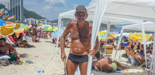O aposentado Nildo Luzio monta uma tenda na praia de Copacabana para passar a noite de réveillon com parentes e amigos - Tomaz Silva/Agência Brasil