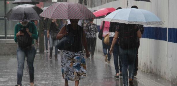 Pedestres enfrentam forte chuva na Avenida Paulista, em São Paulo