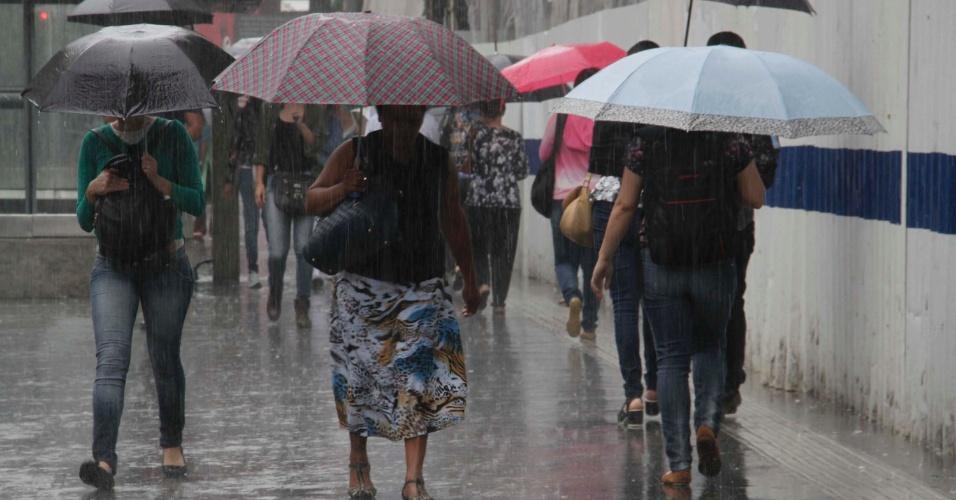 21.jan.2017 - Pedestres enfrentam forte chuva na Avenida Paulista, em São Paulo