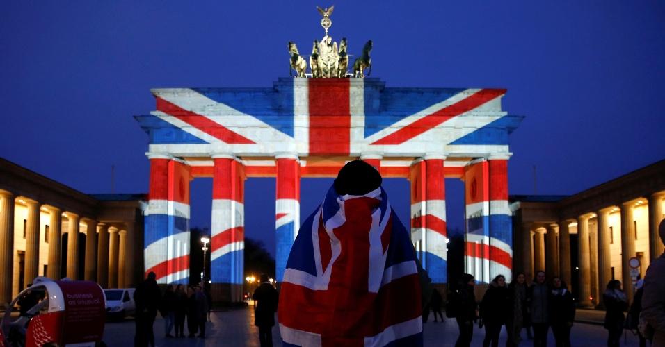 23.mar.2017 - O Portão de Brandemburgo é iluminado com as cores da bandeira britânica em solidariedade às vítimas do atentado, em Berlim, na Alemanha