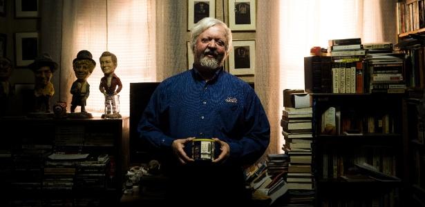 Tom McDonald segura uma lata antiga de amendoins que contém as cinzas de seu amigo, Roy Riegel