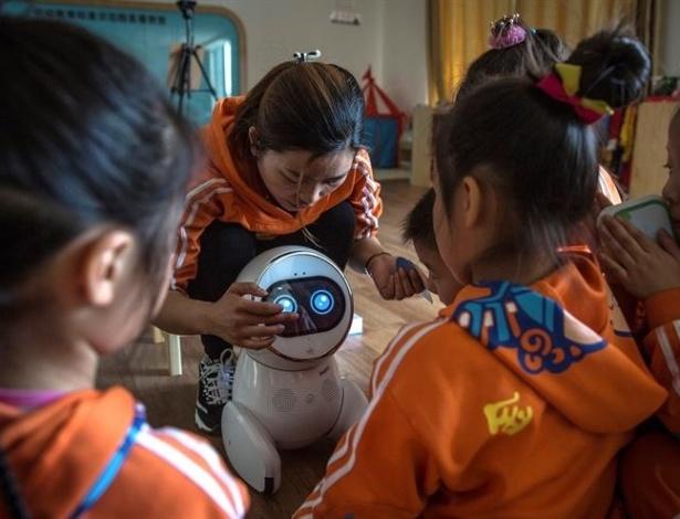 Keeko, um robô-cuidador em uma creche na China, onde robôs já são usados para cuidar do ser humano na infância e na velhice