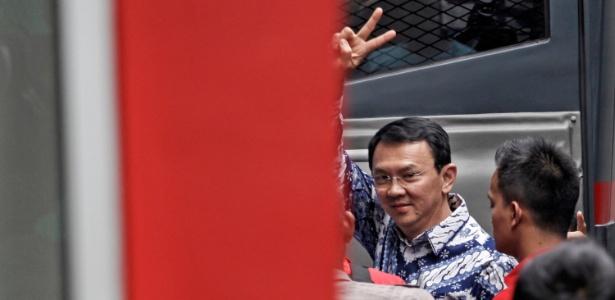 O prefeito de Jacarta, Basuki Tjahaja Purnama, faz sinal ao chegar à prisão de Cipinang, na capital da Indonésia