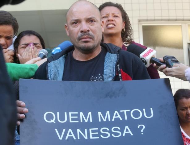 5.jul.2017 - Pai de Vanessa, morta com um tiro na cabeça na porta de casa, faz protesto