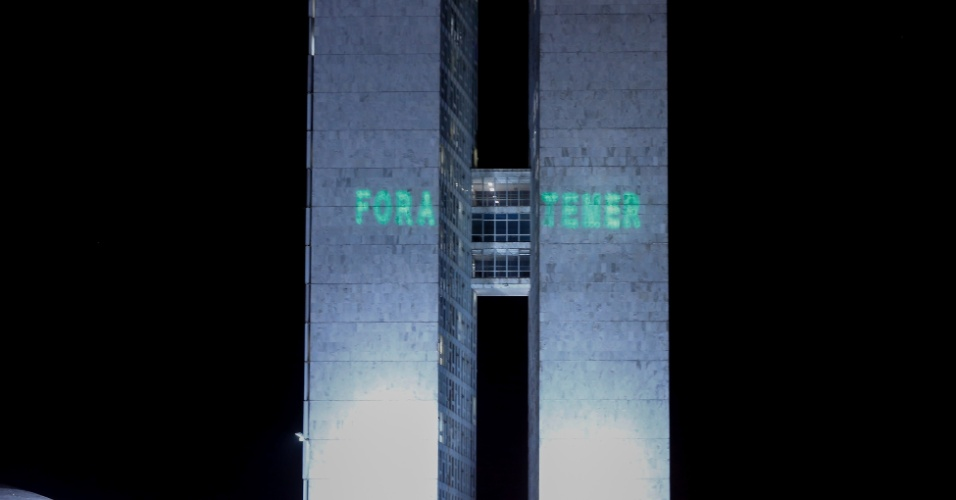 Manifestantes da CUT que protestavam em frente ao Congresso Nacional contra a reforma trabalhista, que era votada no Senado, projetaram as palavras Fora Temer e Fora Maia nas torres do prédio do Legislativo