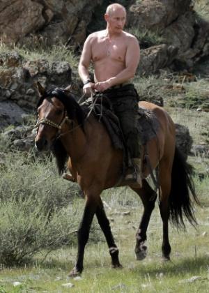Putin em uma imagem marcante: sem camisa, sobre um cavalo