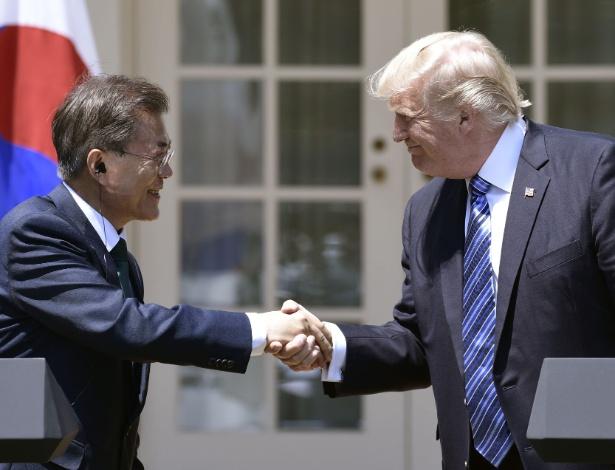 Moon Jae-in e Donald Trump se cumprimentam após coletiva de imprensa em junho