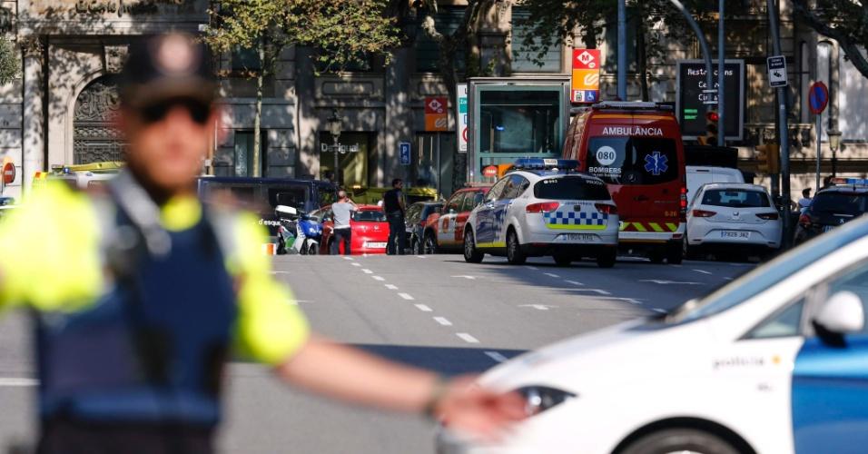 17.ago.2017 - Polícia isola área onde o furgão atropelou os pedestres em Barcelona