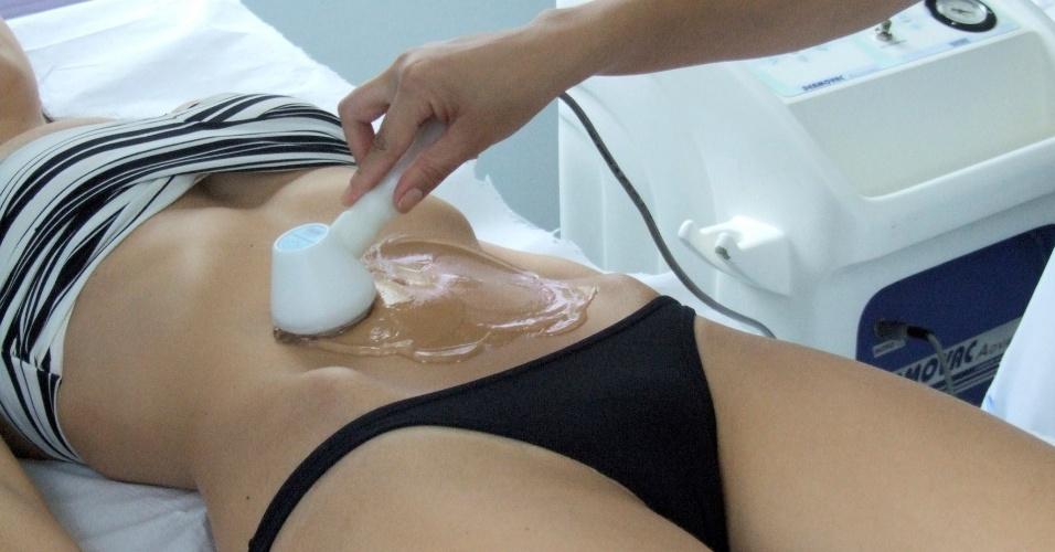 Esteticista faz tratamento em cliente em clínica da franquia Emagrecentro