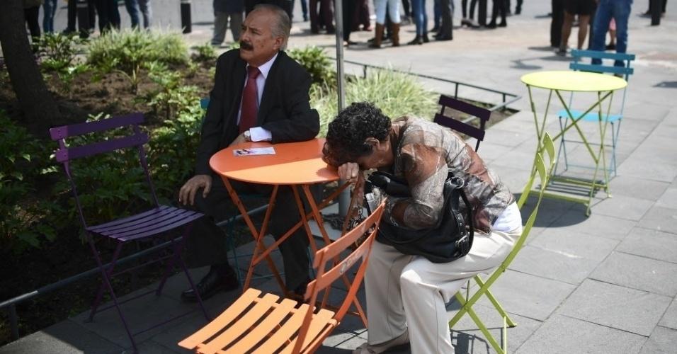 20.set.2017 - Na Cidade do México, pessoas reagem com expressões de incredulidade e desespero após terremoto de magnitude 7,1 deixar diversos mortos e prédios destruídos
