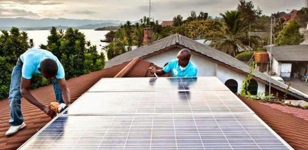 Técnicos da BBOXX instalando um sistema em Goma, próximo ao Lago Kivu, onde não dá para contar com a eletricidade
