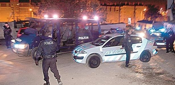 Policiais no local onde ocorreu a morte, em Lisboa - Reprodução