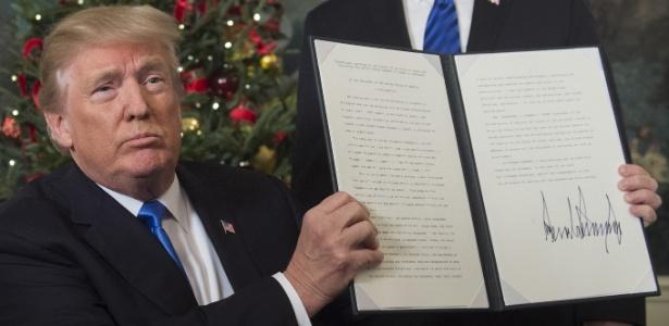 6.dez.2017 - O presidente dos Estados Unidos, Donald Trump, segura um memorando assinado depois de entregar uma declaração sobre Jerusalém, em Washington