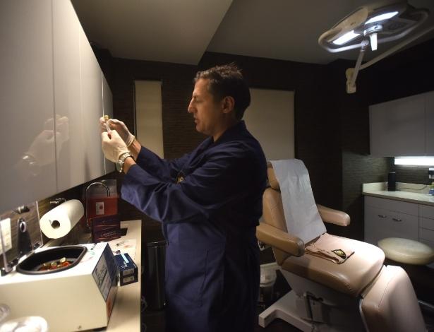 Dr. Norman Rowe segura frascos de sangue enquanto ele prepara um tratamento de plasma rico em plaquetas, uma terapia para regeneração do cabelo, em sua empresa chamada The Club House, um spa médico apenas para homens, em Nova York