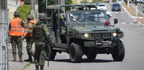 Soldados do Exército patrulham bairro de Ponta Negra, em Natal (RN)