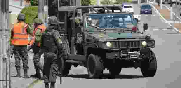 2.jan.2018 - Soldados do Exército fazem patrulhamento no bairro de Ponta Negra, em Natal. Forças de segurança do Rio Grande do Norte fazem operação-padrão devido a atrasos em pagamentos - Beto Macário/UOL - Beto Macário/UOL